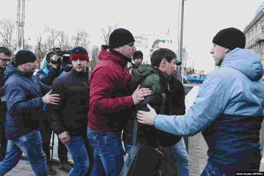 Затрыманьні ўдзельнікаў акцыі на Кастрычніцкай плошчы ў Менску.