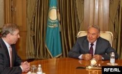 Встреча принца Эндрю, герцога Йоркского (слева), с президентом Казахстана Нурсултаном Назарбаевым в Астане. Астана, апрель 2010 года.