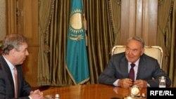 Встреча принца Эндрю, герцога Йоркского (слева) с президентом Казахстана Нурсултаном Назарбаевым в Астане. Астана, апрель 2010 года.