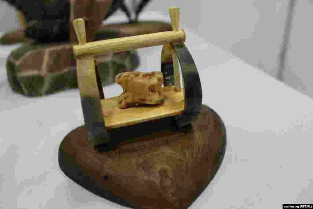 Мастер из Туркестана Гаухарбек Баянбайулы изготовил этот сувенир, украшенный игральной костью асык.