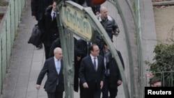 Место нападения на Charlie Hebdo посетил президент Франции Франсуа Олланд (Париж, 7 января 2015 года)