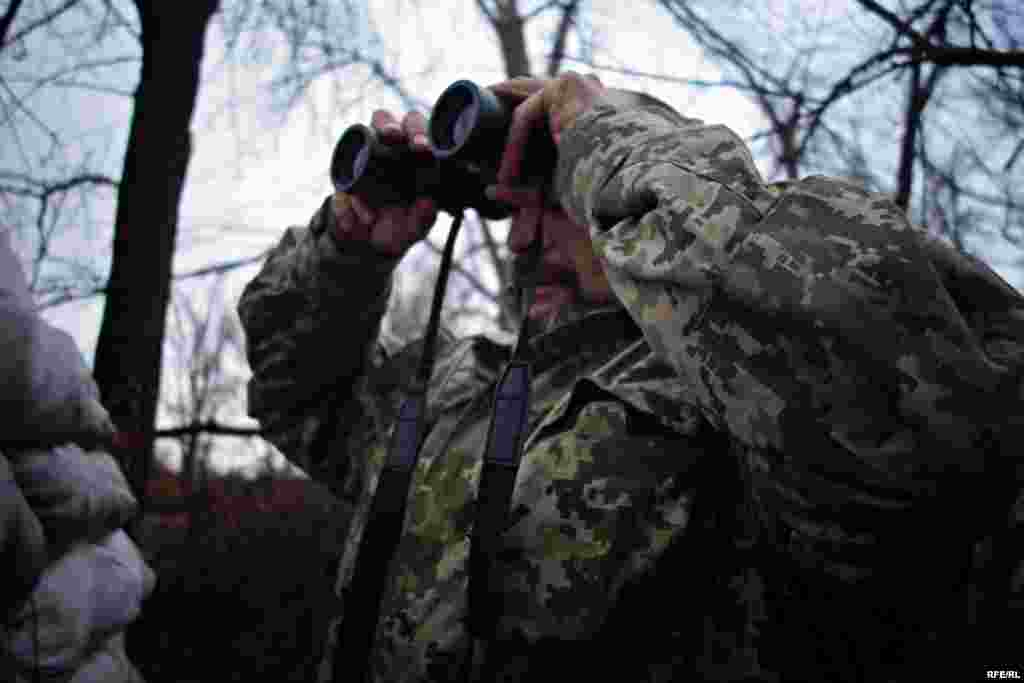 Украинский военный с позывным «Лысый» объясняет, что вблизи линии фронта действуют разведывательные группы противника.
