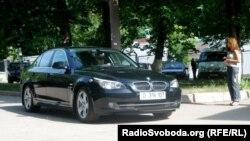 Авто чільного європейського політика прибуло до лікарні без спецсупроводу (фото О. Овчинникова)