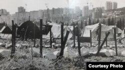 Aluşta civarındaki Krasnıy Ray köyü yanında qırımtatarlarnıñ çadrı lageri. 1992 senesi
