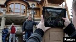 Ուկրաինացի ցուցարարները և լրագրողները Վիկտոր Յանուկովիչի Մեժգորիեի առանձնատան մոտ, 22-ը փետրվարի, 2014թ․