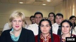Представитель ОБСЕ по вопросам свободы СМИ Дуня Миятович со студентами факультетов журналистики. Ашгабат, 19 сентября 2011 года.