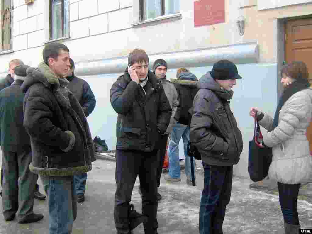 Суд над Тарасам Сурганом. Паплечнікі сабраліся ля ўваходу ў суд