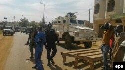 Бронированный автомобиль ООН и люди рядом с Radisson Hotel, Бамако, 20 ноября 2015 года.