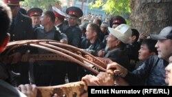 Боз үй тикмекчи болгон митингчилер милиция тиреше кетти. Ош, 11-октябрь, 2012.