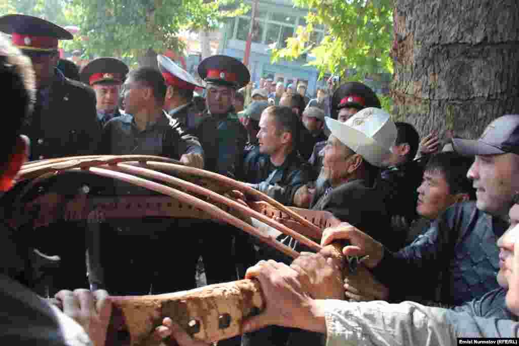 Потасовка между участниками акции и милиционерами, которые пытались запретить установку юрты на площади в Оше