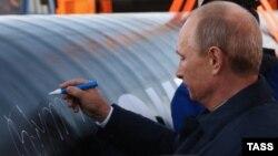 """Ресей президенті Владимир Путин Қытайға газ жөнелтетін """"Сібір күші"""" құбырының бірінші бөлігі қосылуы шарасында. Якутск 1 қыркүйек 2014 жыл."""