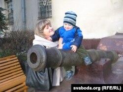 Дзецям спадабаліся гарматы на ганку музэю ў Старым замку