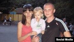 Иван Бондарец с женой и ребенком