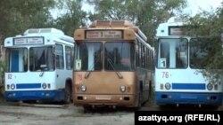 Снятые с линии троллейбусы в троллейбусном парке. Актобе, 12 октября 2013 года.