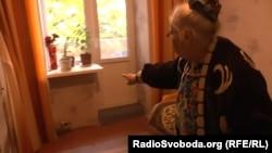 Пенсіонерка вказує на відсирілі стіни у своїй квартирі в Кадіївці