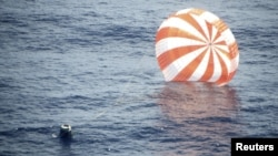 O capsulă Dragon revenită pe pămînt, în apele Pacificului
