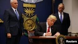 D.Trump səyahət qadağası haqda fərmanı imzalayır.