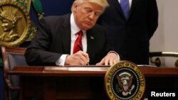 D.Trump səyahət qadağasını imzalayır.
