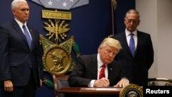 АКШ президенти Дональд Трамп алгачкы иммиграциялык буйругуна 27-январда кол койгон.
