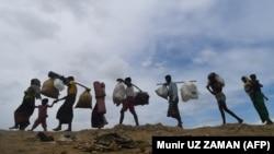 Pamje e pjesëtarëve të komunitetit Rohinxha duke u larguar nga Birmania