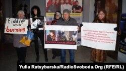 Пікетувальники вимагали від організаторів не використовувати фестиваль для пропаганди ідеології «русского мира»