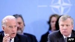 Жо Байден НАТО кеңешинин жыйынында сүйлөп жатат.Брюссель, 10-март, 2009-ж.