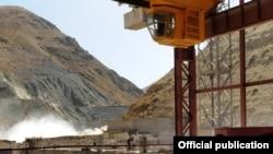 Өнүктүрүү программасында Нарын дарыясына төрт ГЭС куруу да каралган. (Сүрөттө: Камбар-Ата-2 ГЭСи, 2010-жылдын 30-августу.)