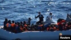 Իտալիա - Փրկարարները օգնություն են ցուցաբերում Սիցիլիայի ափերի մոտեցած փախստականներին, արխիվ