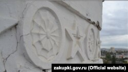 Трещины на декоре верхнего яруса башни