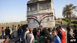 Люди біля пошкодженого потяга, Єгипет, листопад 2012 року