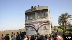 Люди біля пошкодженого потяга, Єгипет, листопад 2012 року, ілюстративне фото