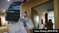 دکتر چینی در حال بررسی سیاتاسکن یکی از بیماران؛ ووهان.