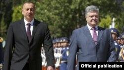 Президент Азербайджана Ильхам Алиев (слева) и президент Украины Петр Порошенко. Баку, 14 июля 2016 года.