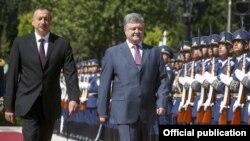 Президенти Азербайджану Ільгам Алієв (л) та України Петро Порошенко, Баку, 14 липня 2016 року