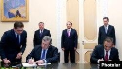 Armenia - Transport Minister Gagik Beglarian (R) and Georgian Deputy Prime Minister Giorgi Kvirikashvili sign an agreement to build a new bridge on the Armenian-Georgian border, Yerevan, 24Dec2014.