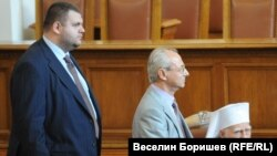 Делян Пеевски и политическият му баща Ахмед Доган в Народното събрание по времето, когато младият депутат навлиза в медийния бизнес.