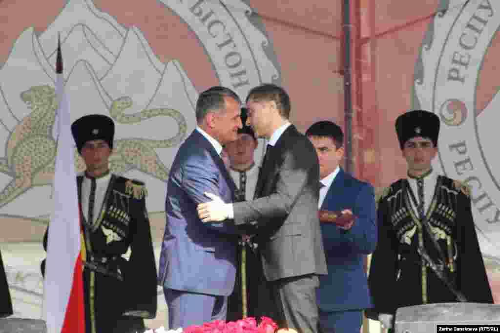 Анатолия Бибилова поздравляет помощник российского президента Владислав Сурков