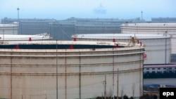 Üfüqdə Çinin Qinqsdao anbarlarına neft gətirən tankerlər görünür