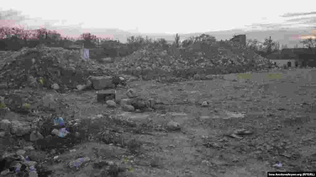 Місце перетворюється на звалище побутового й будівельного сміття.
