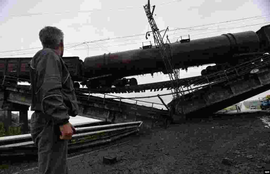 Підірваний диверсантами залізничний міст у районі населеного пункту Новобахмутівка неподалік від Донецька, 7 липня 2014 року