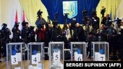 Журналісти на одній з виборчих дільниць у Києві (архівне фото)