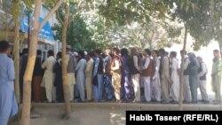 Alegătorii stau la coadă pentru a putea vota la scrutinul prezidențial în provincia Ghazni