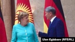 Канцлер Германии Ангела Меркель (слева) и президент Кыргызстана Алмазбек Атамбаев.