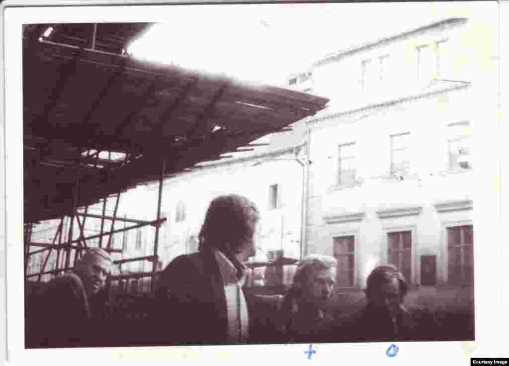 Бывший президент Чехии Вацлав Гавел с австрийским адвокатом Генри Голдманном – фотография сделана тайно во время слежки, установленной за Голдманном в Праге в 1976 году. В это время в Чехословакии рассматривали дело музыкантов, обвиненных за исполнение своих песен в хулиганстве.