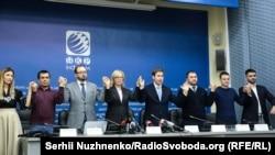 Apiske alınğan ukrain deñiz askerleriniñ advokatları ve Ukraina akimiyetiniñ vekilleri Kyivdeki matbuat konferentsiyasında, 2018 senesi dekabrniñ 17-si