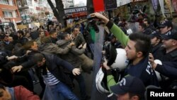 Policia duke përdorë një lloj gazi lotsjellës për shpërndarjen e demonstruesve në protestën e sotme në
