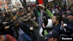 Журналистерді тұтқыннан босатуды талап еткен шерушілерге полиция газ шашып тұр. Анкара, Түркия, 27 қараша 2015 жыл.