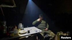 Український військовий під час відпочинку безпосередньо на позиціях під Авдіївкою, березень 2017 року