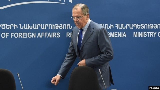 Armenia - Russian Foreign Minister Sergey Lavrov arrives for a news conference in Yerevan, 9Nov2015.