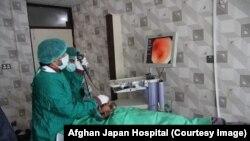 ارشیف، د کابل په افغان-جاپان روغتون کې په کرونا ویروس د یوه اخته ناروغ درملنه
